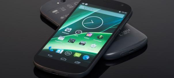 Prototyp des zweiten YotaPhones mit den beiden Bildschirmen